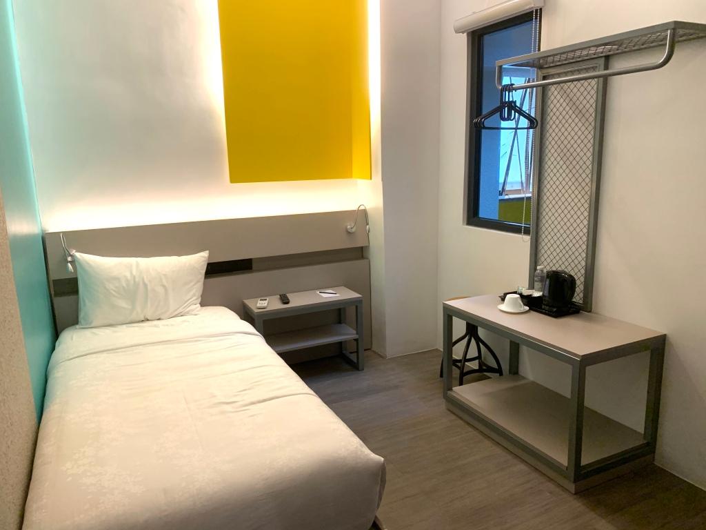 Yello Hotel Deluxe Single Room | Postcardpretty.com